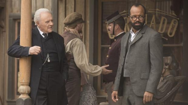 Anthony Hopkins, junto a Jeffrey Wright en «Westworld»