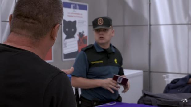 Un agente de la Guardia Civil interroga a un sospechoso