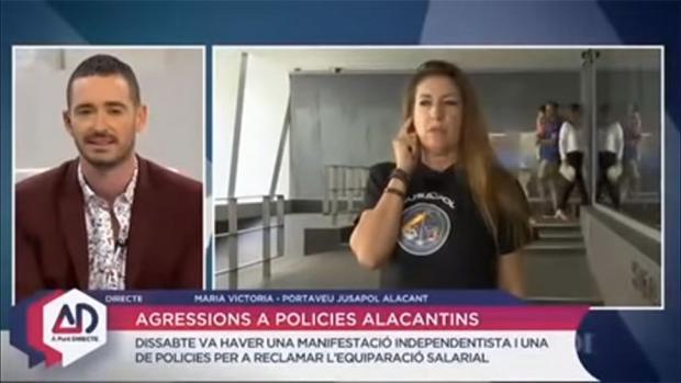 Momento de la entrevista de Juan Nieto a la portavoz de Jusapol