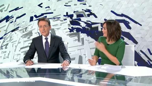 Matías Prats, junto a Mónica Carrillo durante el informativo de fin de semana