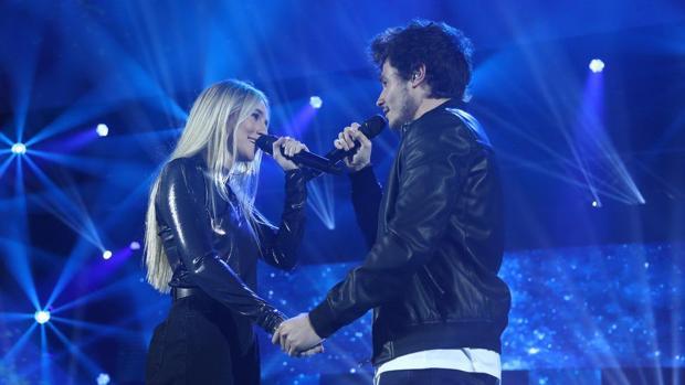 María y Miki cantando «Quédate en Madrid» en la gala de «OT»