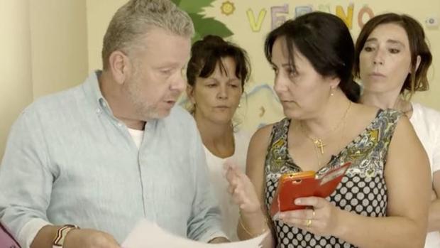 Alberto Chicote, junto a la directora de la residencia de ancianos