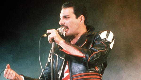 Freddie Mercury, en una actuación de 1985