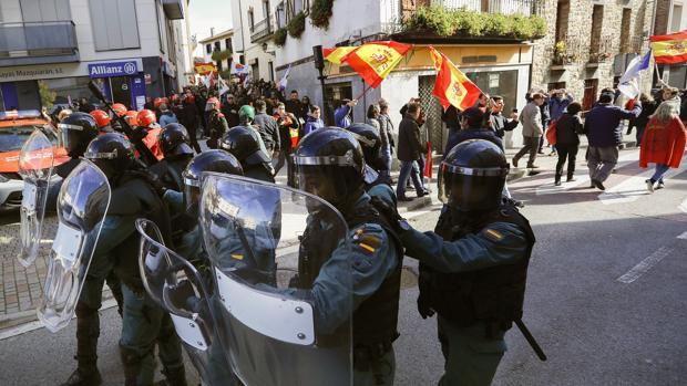 Un grupo de guardias civiles en Alsasua, protegiendo a los manifestantes de «España Ciudadana»