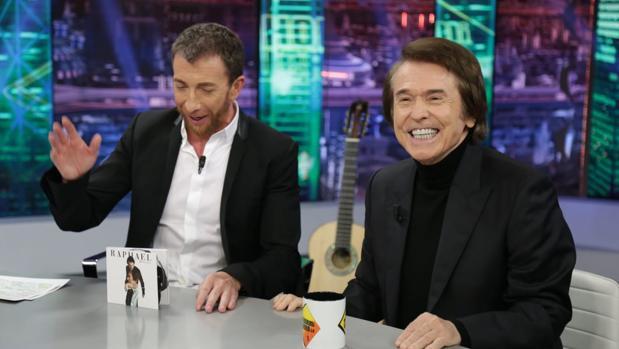 Pablo Motos y Raphael, en «El hormiguero»