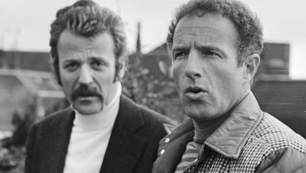 William Goldman, al fondo, en una foto de archivo de 1976 junto con James Caan