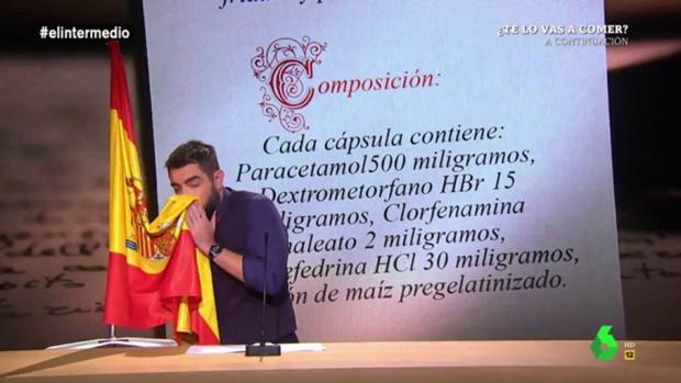 Polémica imagen de Dani Mateo limpiándose la nariz con la bandera de España