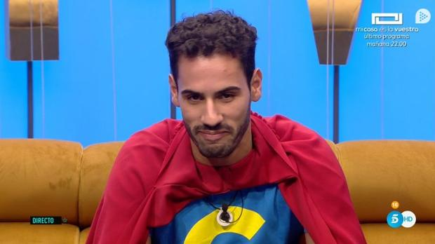 Asraf, con la capa de «Superlópez», este jueves en «GH VIP»