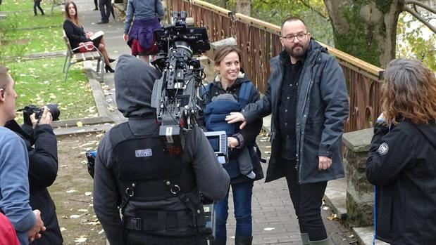 Un momento del rodaje, en Elizondo, con Marta Etura y el director Fernando González Molina