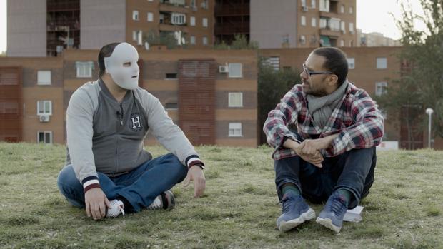 El butronero «Flako» habla con el documentalista León Siminiani