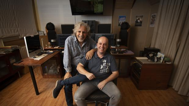 Manel Santisteban (izquierda) e Iván Martínez Lamarca, en el estudio del primero