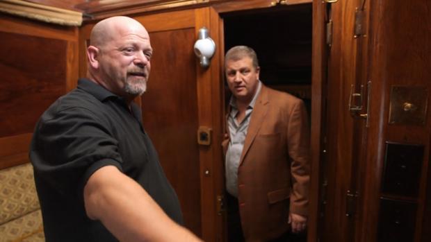 Rick, junto a un cliente en «La casa de empeños»
