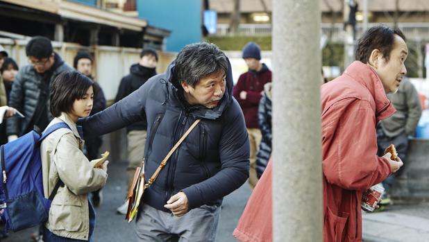 Hirokazu Koreeda, durante el rodaje «Un asunto de familia»