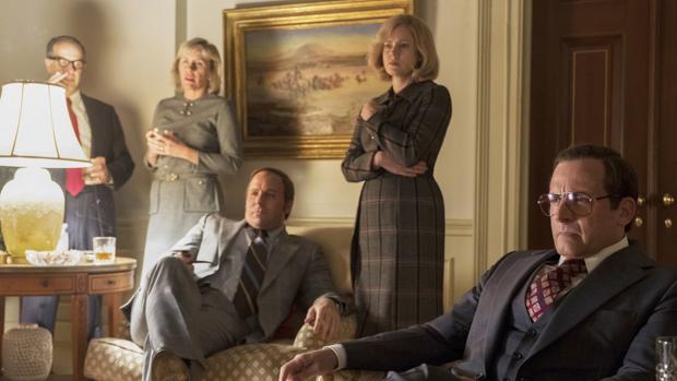 El matrimonio Cheney (Christian Bale y Amy Adams), en el centro, en un despacho de la Casa Blanca durante la película «El vicio del poder»