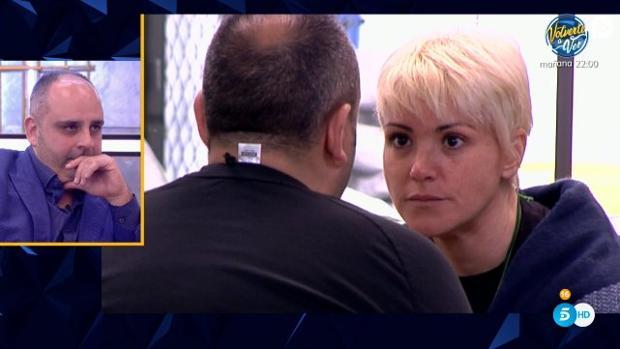 Julio Ruz observa una conversación entre él y María Jesús Ruiz en «GH Dúo»