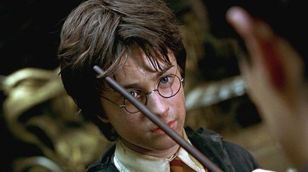 Tom Riddle inspecciona la cicatriz de Harry Potter, disponible a partir del 1 de febrero en Netflix y HBO