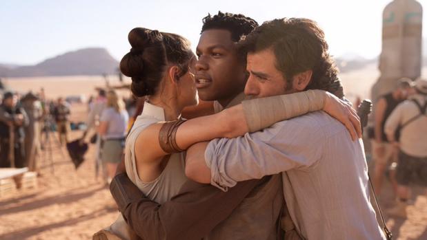 Daisy Ridley, John Boyega y J.J Abrams fundiéndose en un emotivo abrazo