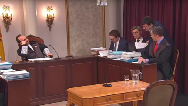 Fotograma del vídeo de «Polònia» en el que el programa se burla del juicio del «procés»