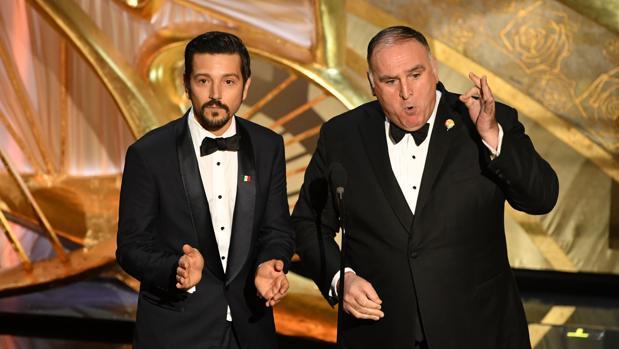 El actor Diego Luina, a la izquierda, con el chef José Andrés durante la ceremonia de los Oscar 2019