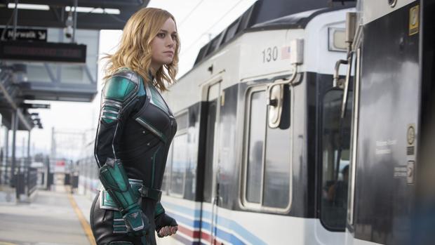 La Capitana Marvel espera la llegada del metro