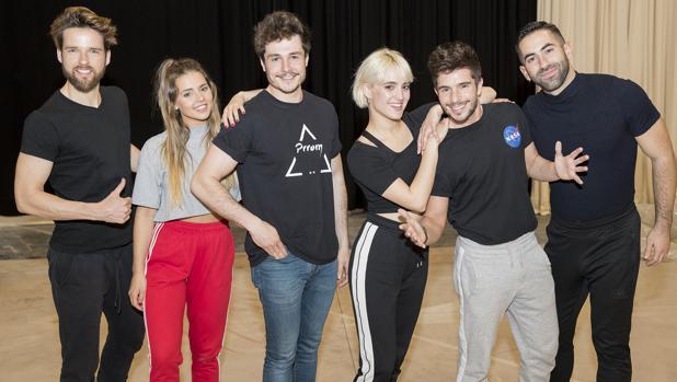 Miki junto a los bailarines que lo acompañarán sobre el escenario en Tel Aviv