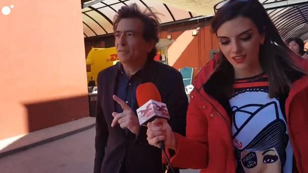 Arcadi Espada, junto a la reportera de «Todo es mentira»