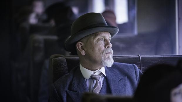 John Malkovich persigue al primer asesino en serie que reta a Poirot