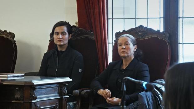 Monserrat y Triana, autoras del crimen de Isabel Carrasco en una escena del documental «Muerte en León: Caso cerrado»
