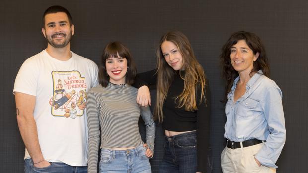 Rafael Taboada, productor de «Skam España», con las actrices Alba Planas y Ruth Bosser y la directora del programa, Begoña Álvarez