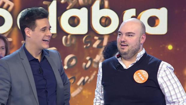 Christian Gálvez, con el concursante Fran González en «Pasapalabra»
