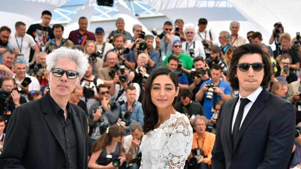 Jim Jarmusch, Golshifteh Farahani y Adam Driver, en Cannes, en 2016, en la presentación de «Paterson»