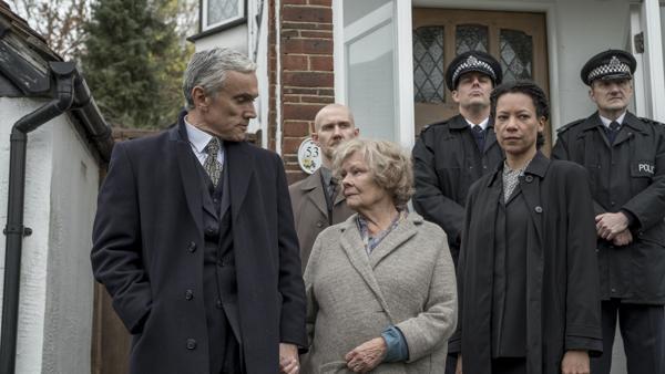 Agente del MI5 detienen a la anciana espía (Judi Dench)