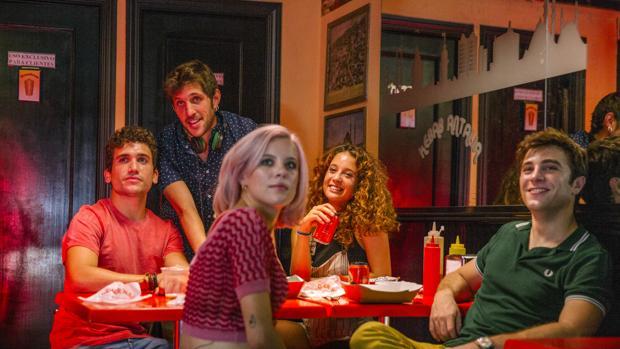 Jota Linares, junto al reparto de su segunda película «¿A quién te llevarías a una isla desierta?»