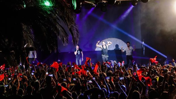 Miki junto a tres de sus bailarines en La Riviera durante la PRePartyES