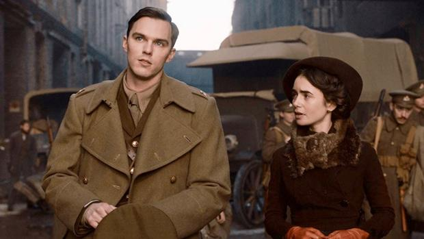 Una de las escenas del biopic protagonizado por Nicholas Hoult y Lily Collins