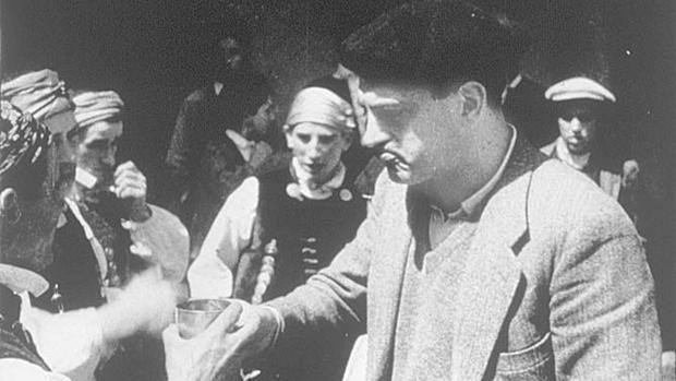 Luis Buñuel en el rodaje de «La alberca, de 1933