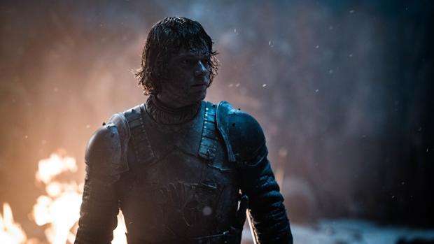Theon Greyjoy ha sido el encargado de defender a Bran Stark
