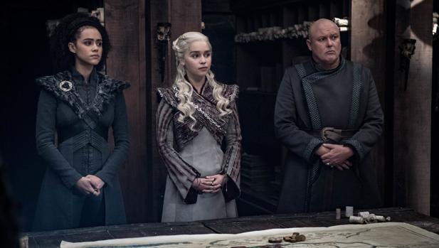 Missandei (Nathalie Emmanuel), Daenerys (Emilia Clarke) y Varys (Conleth Hill), en «Juego de Tronos»