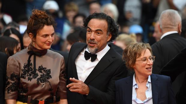 Alejandro González Iñarritu , en la alfombra roja de Cannes, con Alice Rohrwacher y Kelly Reichardt
