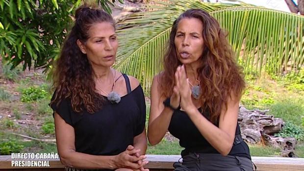 Toñi y Encarna, integrantes de Azúcar Moreno, abandonando «Supervivientes»