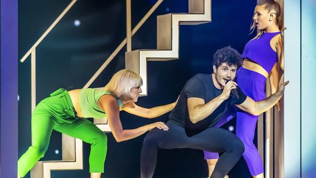 Miki en su tercer ensayo sobre el escenario de Eurovisión