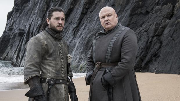 Lord Varys, junto a Jon Nieve en «Juego de Tronos»