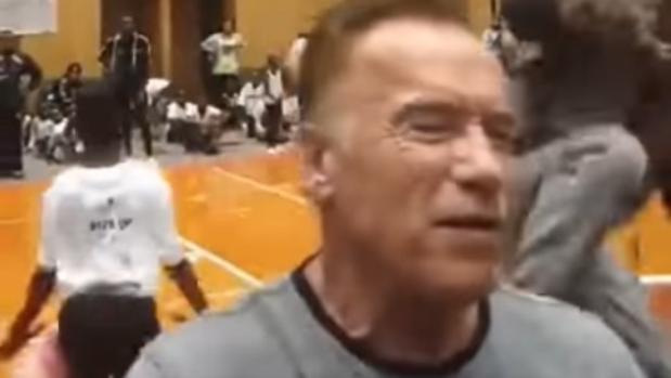 Momento de la agresión a Arnold Schwarzenegger