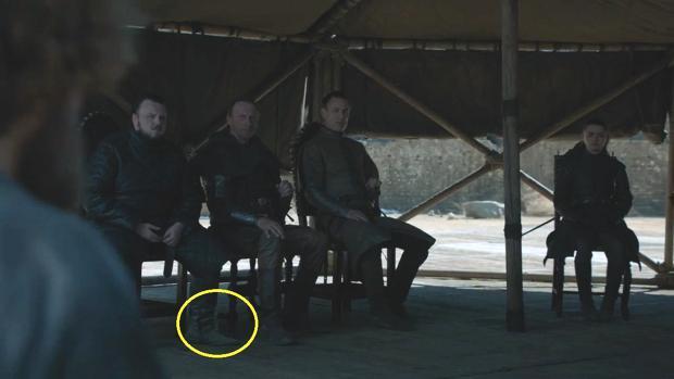 Detalle de la botella de plástico tras el pie de Samwell Tarly en el capítulo final de Juego de Tronos