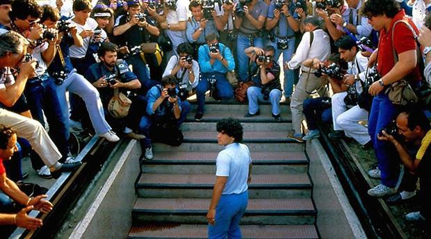 Maradona, tras fichar por el Nápoles, en una imagen del documental de Asif Kapadia estrenado en Cannes