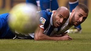 Benzema, junto a Manuel Pablo, miran al balón en Riazor; Karim será la clave para romper el muro del Atlético