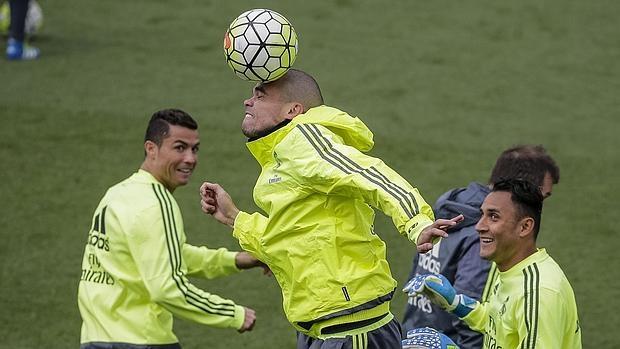Pepe cabecea ante la mirada de Cristiano y Keylor