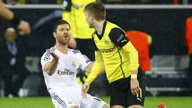 Xabi Alonso se lamenta durante el partido disputado en Dortmund en 2014