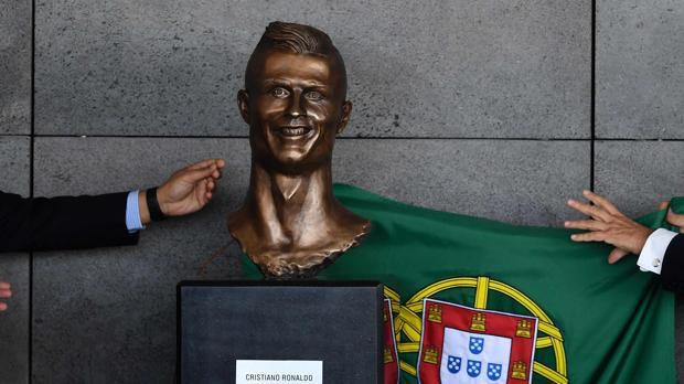 El extraño busto de Cristiano Ronaldo en el aeropuerto de Madeira horroriza a las redes