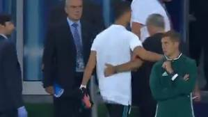 Cristiano y Mourinho, abrazados camino de los vestuarios